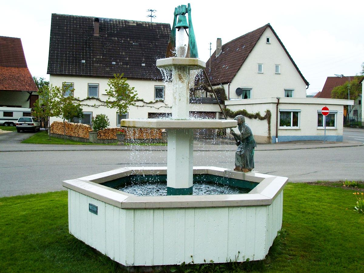 Hitzkofen Stachus mit Brunnen