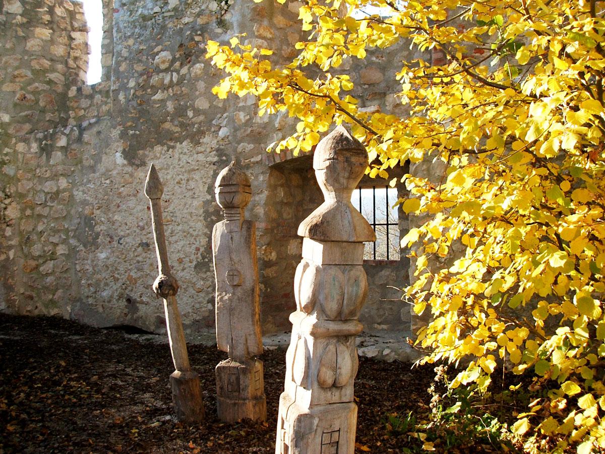 Holzskulpturen Ruine Hornstein